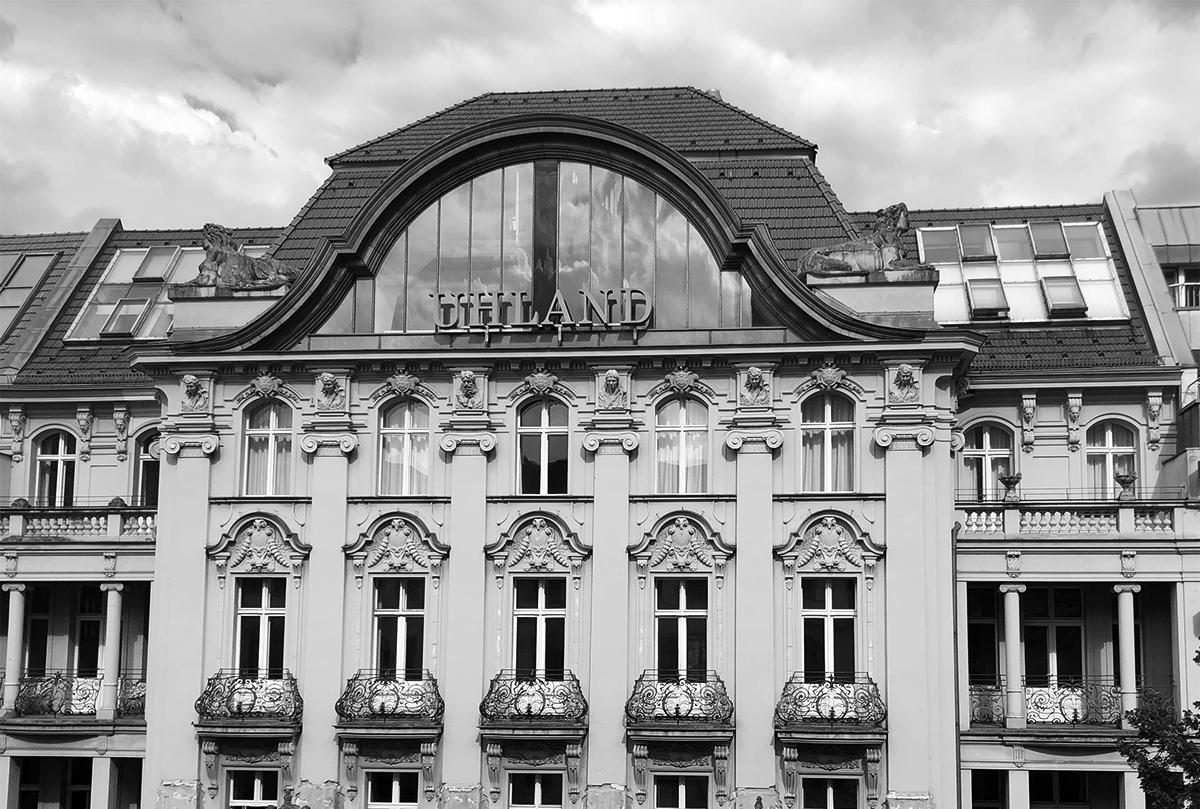 Hier ist das Foto eines Bürogebäudes zu sehen.